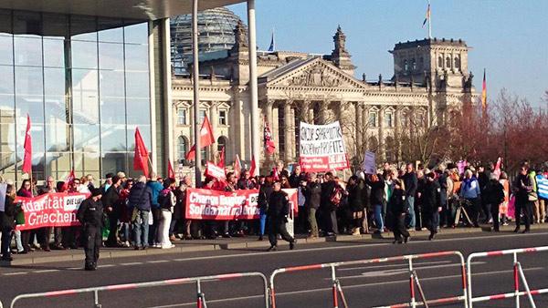 O partido Die Linke também foi manifestar a solidariedade com o governo grego à porta da reunião entre Merkel e Tsipras.