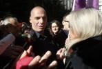Varoufakis com as trabalhadoras das limpezas em luta.