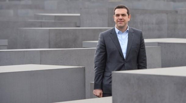 O primeiro-ministro grego visitou ao fim da manhã o Memorial do Holocausto. Seguem-se reuniões com dirigentes políticos alemães antes do regresso a Atenas.