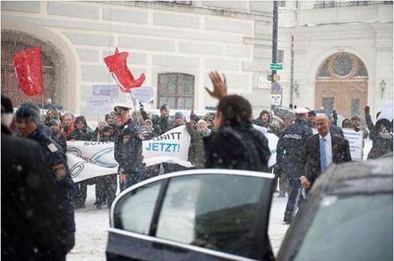 Nem a neve que cai em Viena conseguiu impedir uma receção solidária a Alexis Tsipras à porta do encontro com o chanceler austríaco. [Foto Lukas Oberndorfer/Twitter]