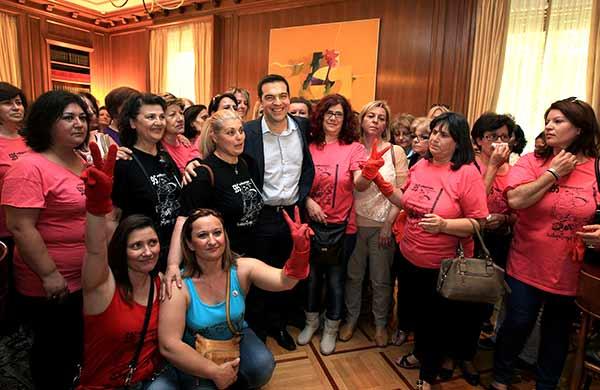 Funcionárias da limpeza comemoraram a vitória na residência oficial de Alexis Tsipras