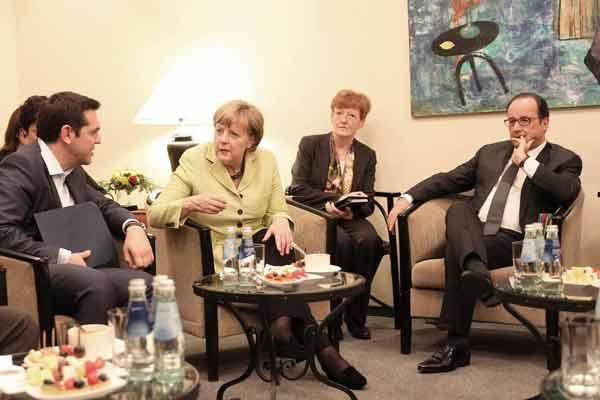 Tsipras, Merkel e Hollande. Foto da Presidência de França