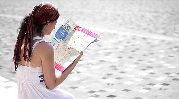 Turista em Atenas. Foto Manos Vouteris/Flickr