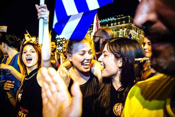 Jovens festejam vitória do OXI em Atenas. Foto Left.gr