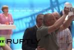 Angela Merkel interrompida por protesto.