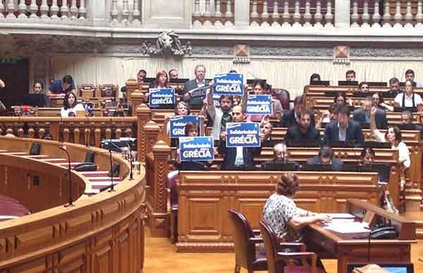 Deputados do Bloco exibem cartazes de solidariedade com a Grécia