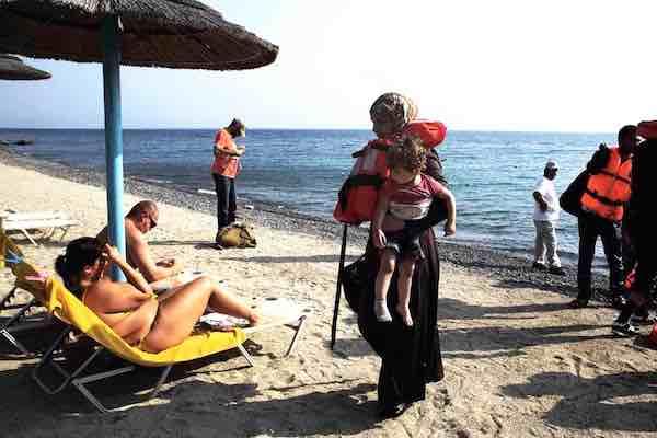 Refugiados chegam à ilha de Kos. Foto Giorgos Moutafis/Twitter