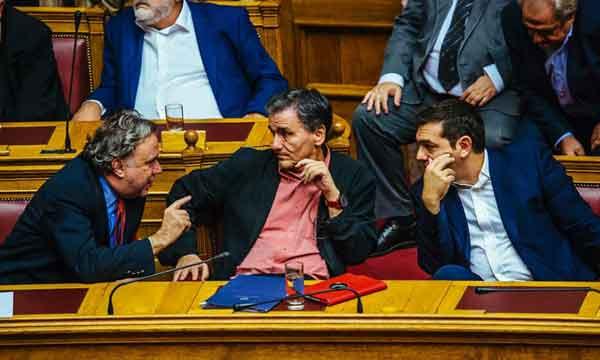 Katrougalos, Tsakalotos e Tsipras no debate sobre o primeiro pacote de medidas do 3º Memorando. Foto Left.gr