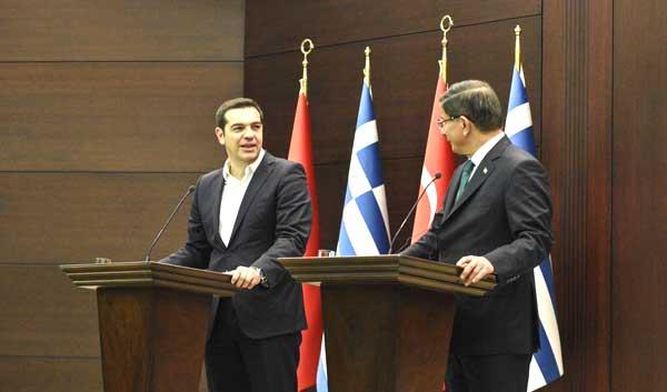 Tsipras e o primeiro-ministro turco Davutoglu.