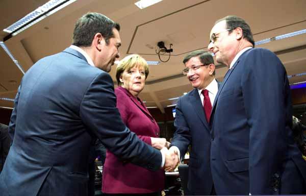 Tsipras cumprimenta Davutoglu. Foto União Europeia ©