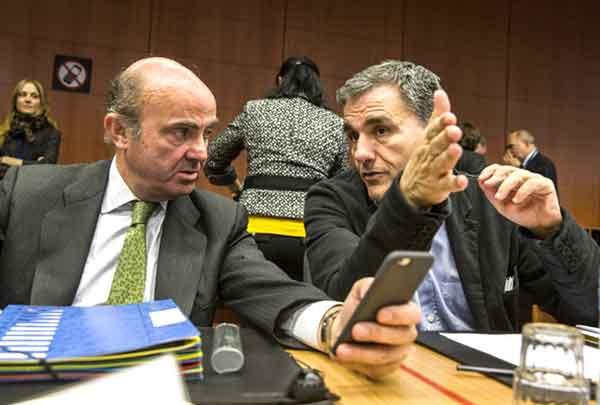 O ministro espanhol Luis de Guindos e Euclid Tsakalotos na reunião do Eurogrupo de 9 de novembro. Foto União Europeia.