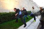 O deputado da Nova Democracia, Giorgos Koumoutsakos, escapa aos agressores sob o olhar da polícia em frente ao parlamento.