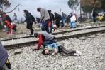 Poícia ataca refugiados na fronteira de Idomeni . Foto naftemporiki.gr