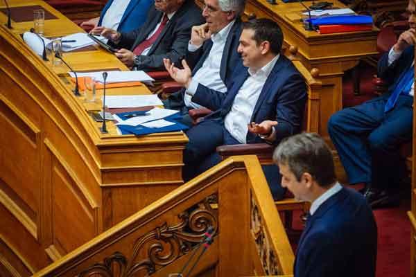 Tsipras e Mitsotakis no parlamento. Foto Left.gr