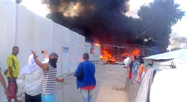 Refugiados em protesto no campo de Souda, na ilha de Quios